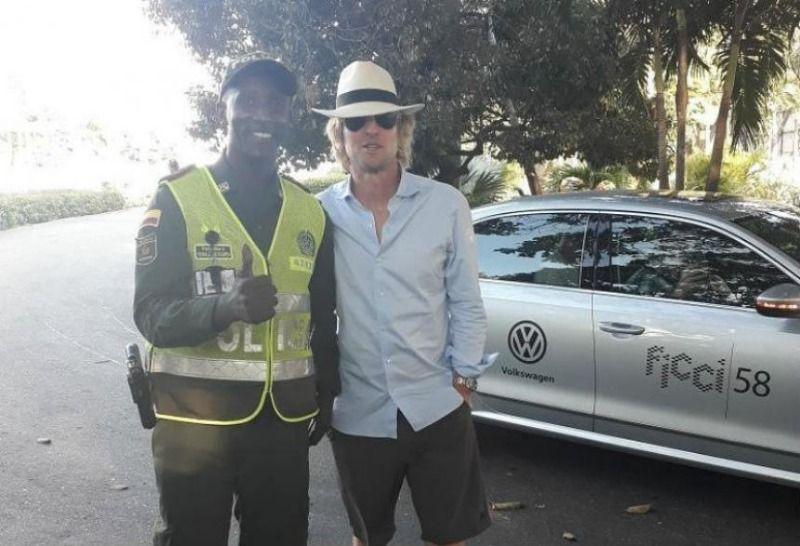 Policía caleño le da la bienvenida a Owen Wilson en Cartagena