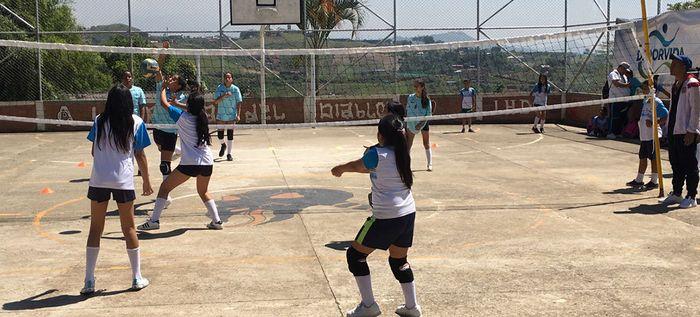 Más de 550 niños y niñas de Cali compitieron en ajedrez y voleibol en el programa Deporvida