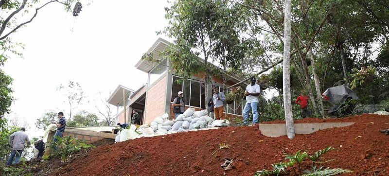 Ponen freno a construcción en zona de protección de Los Farallones