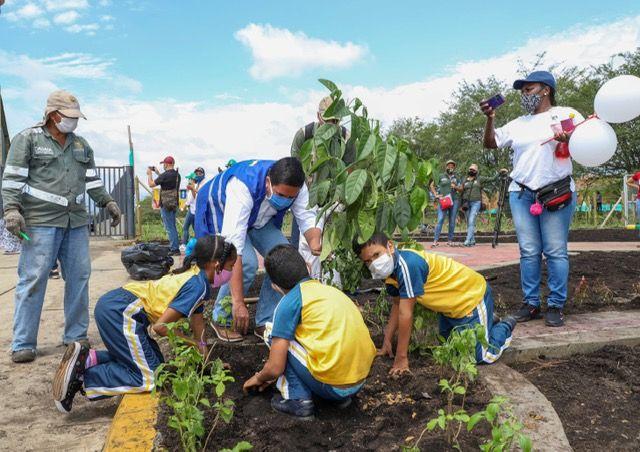 Siembra en el Jardín de la Vida honra a estudiantes de Llano Verde