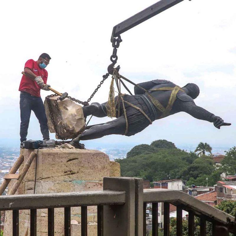 Así se desmontó la estatua de Sebastián de Belalcázar