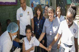 Jóvenes caleñas comenzaron a recibir dosis de vacuna contra el VPH