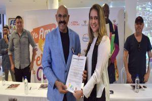 """Oscar D'León recibió la Medalla """"Premio a la Caleñidad"""" tras participar en el Salsódromo"""