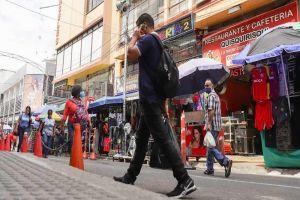Comerciantes cierran sus negocios en combate contra el virus