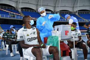 Jugadores de fútbol dieron ejemplo y se vacunaron contra la Covid